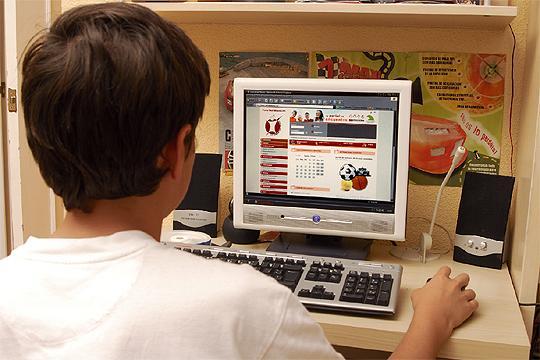 niño en internet
